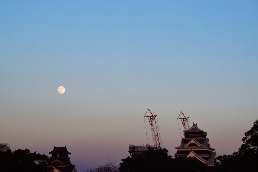 熊本城とお月さま